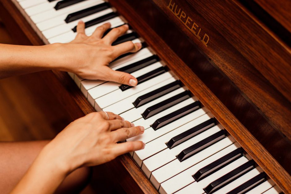 hands playing Hupfeld piano
